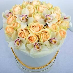 Орхидеи и кремовые розы в коробке R792