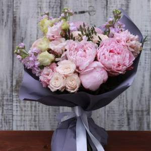 Нежный букет с пионами и розами R513