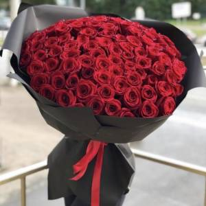101 красная роза, цветы в черном крафте R880