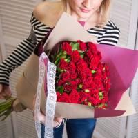 Букет 25 красных кустовых розы с упаковкой R555