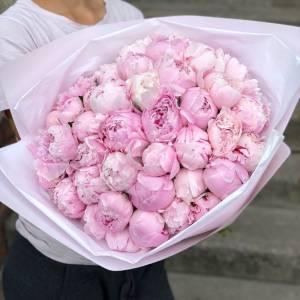 Букет 39 крупных розовых пионов с оформлением R1095