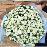 Букет белых кустовых роз в крафте R009