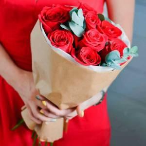 Букет 11 крупных красных роз в крафте R445